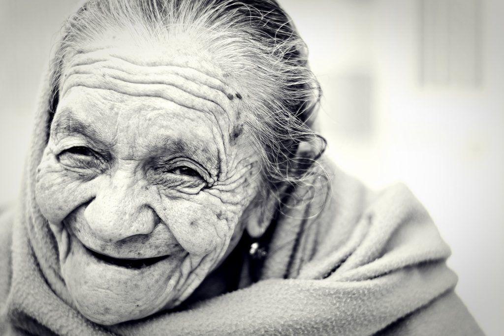 Mujer anciana feliz